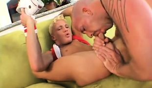 Muscle daddy sucking sweet guys cock